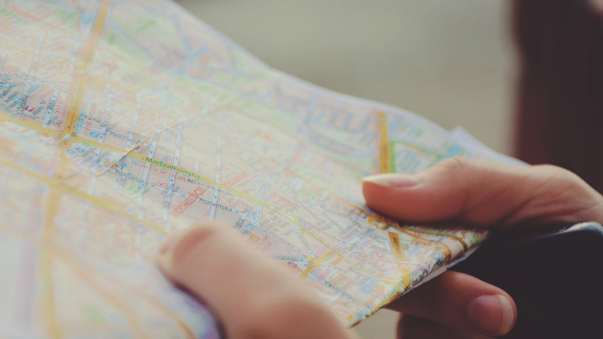 Landkarte in der Hand